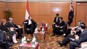 Presiden Jokowi bertemu PM Selandia Baru John Key, di sela KTT ASEAN, di Kuala Lumpur, Malaysia, Sabtu (21/11). Foto: Cahyo/Setpres