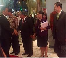 Menlu Retno Marsudi dan sejumlah menteri Kabinet Kerja menyambut kedatangan Presiden Jokowi, di Kuala Lumpur, Malaysia, Jumat (20/11) malam. (Foto: Kemlu RI)