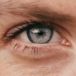 Nahaufnahme von Annies Auge