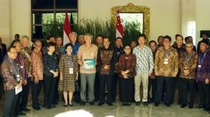 President Jokowi and PM Singapore Lee Hsien Loong take photo during Annual Leaders Retreat, at Laguna Resort, Nusa Dua, Bali Province, Thursday (11/10). (Photo: Anggun/PR)