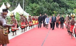 President Jokowi and First Lady Ibu Iriana arrive in Sentani, Jayapura Regency, Papua (17/10)