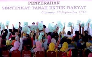 President Jokowi distributes 7,000 land certificates at Pakansari Stadium, Bogor, West Java (25/9). (Photo by: Rahmat/ Public Relations Division of Cabinet Secretariat)