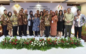 Wakil Seskab Ratih Nurdiati berfoto bersama pembicara dan panitia Seminar Gastronomi, di Lantai 4 Gedung III Kemensetneg, Jakarta, Selasa (23/10) pagi. (Foto: Rahmat/Humas)