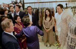 President Jokowi and First Lady Ibu Iriana visits Dongdaemun market in Seoul, South Korea, Monday (10/9). (Photo by: Rahmat/ Public Relations Division of Cabinet Secretariat)