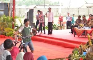 Presiden Jokowi menyerahkan KIP, PKH, dan Bansos Pangan Rastra, di lapangan bola Koto Agung, Kecamatan Sitiung, Kabupaten Dharmasraya, Sumbar, Rabu (7/2). (Foto: Humas/Jay)