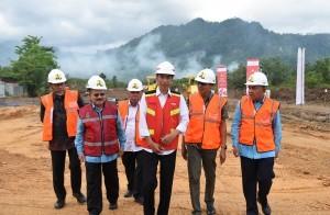 President Jokowi inaugurates the construction of the Padang-Sicincin Toll Road, at Jalan Bypass Kilometer 0, Padang, West Sumatra, Friday (9/2). (Photo by: Anggun/Public Relations Office)
