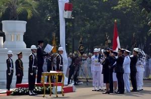 President Jokowi inaugurates the TNI-Polri Academy Graduates, at the front yard of Presidential Palace, Tuesday (25/7). (Photo: PR/Jay)