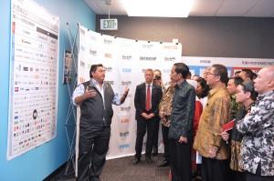 Presiden Jokowi mendapat penjelasan dari Saeed Amidi, CEO Plug and Play di San Fransisco, Amerika Serikat (Foto:BPMI Setpres)