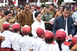 President Jokowi and First Lady Ibu Iriana distribute books to the students of Miangas Island, on Wednesday (19/10)