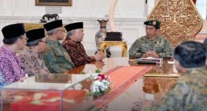 Presiden Jokowi masih berseragam militer seusai melihat latiham tempur TNI AD menerima kunjungan PP Muhammadiyah, di Istana Merdeka, Jakarta, Selasa (16/6) sore
