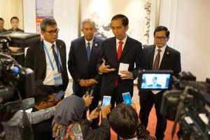 Presiden Jokowi memberikan keterangan pers sebelum bertolak ke Laos, Senin (5/9), di Hangzhou, RRT. (Foto: Humas/Dindha)