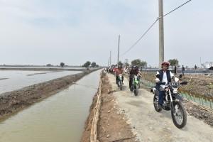 President Jokowi reviews shrimp and milkfish ponds in Pantai Bakti Village, Muara Gembong Sub-district, Bekasi Regency, West Java Province, Wednesday (1/11) afternoon. (Photo: JAY/PR)