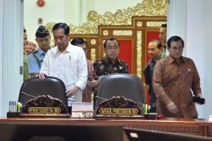 Presiden Jokowi didampingi Seskab Pramono Anung memasuki ruang rapat terbatas, di Kantor Presiden, Jakarta, Selasa (26/6) siang. (Foto: JAY/Humas)