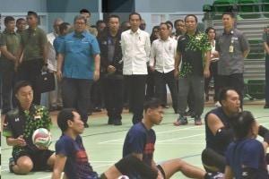 Chairman of INAPGOC Raja Sapta Oktohari (far left) accompanies President Jokowi when inspecting volley athletes at GBK Stadium, Jakarta, Thursday (27/9). (Photo: OJI/PR)