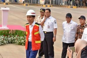 President Jokowi, accompanied by Ministers and Governor of Jakarta, inspects Depok-Antasari Toll Road Section I at Cilandak Utama Toll Gate, South Jakarta, Thursday (27/9). (Photo: Jay/PR)