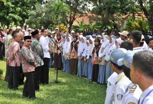 President Jokowi receives representatives of Student Organization (OSIS) across Majalengka at Dirgantara Park, Majalengka, West Java (24/5). (Photo by: Jay/Public Relations).