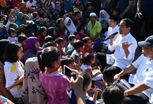 President Joko Widodo has a dialogue with quake-affected residents.