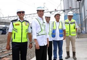 Presiden Jokowi didampingi Menhub, Gubernur DKI, dan Ketua DPRD DKI meninjau Depo MRT, di Lebak Bulus, Jakarta, Selasa (6/11) pagi. (Foto: JAY/Humas)