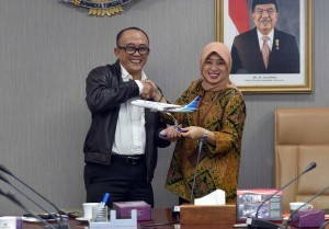 Deputy Cabinet Secretary for the Administrative Affairs Farid Utomo and Vice President of Garuda Indonesia Jakarta Raya Flora Izza Region after the signing of cooperation, in Building III Kemensetneg, Jakarta, Tuesday (7/11) morning. (Photo: JAY/PR)