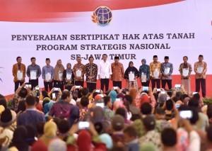 President Jokowi hands over land certificates in New Sari Utama Convention Hall Mangli, Jember, East Java, Sunday (13/8)