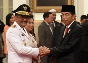 Presiden Jokowi memberikan ucapan selamat kepada Djarot Saiful Hidayat yang baru dilantiknya sebagai Gubernur DKI Jakarta, di Istana Negara, Kamis (15/6) pagi. (Foto: Rahmat/Humas)