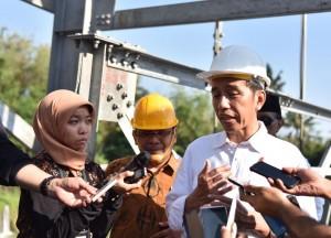 Presiden Jokowi menjawab wartawan yang mencegatnya usai meninjau Jembatan Gantung, di Kecamatan Dukun, Kabupaten Magelang, Jawa Tengah, Senin (18/9) siang. (Foto: NIA/Humas)