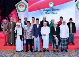 Presiden Jokowi berfoto bersama para ulama peserta Halaqah Nasional Alim Ulama Majelis Dzikir Hubbul Wathon, di Flores Ballroom Hotel Borobudur, Jakarta, Kamis (13/7) malam. (Foto: OJI/Humas)