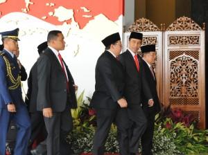 Wakil Ketua DPR Fadli Zon mendampingi Presiden Jokowi dan Wapres Jusuf Kalla memasuki Gedung Nusantara MPR/DPD/DPR, Jakarta, Rabu (16/8) siang. (Foto: Anggun/Humas)
