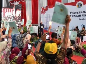 President Jokowi distributes 5,000 land certificates in Surabaya, East Java Province, Thursday (6/9) (Photo: BPMI/ Setpres)