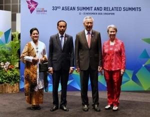 President Jokowi and First Lady Ibu Iriana Joko Widodo were welcomed by Singaporean PM and the First Lady at the 33rd ASEAN Summit in Singapore, Tuesday (13/11). Photo by: BPMI.