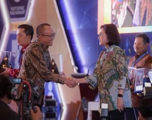 Deputi Seskab bidang Administrasi Farid Utomo menerima penghargaan dari Menkeu Sri Mulyani atas penapaian WTP 5 tahun berturut-turut, di Gedung Dhanapala, Jakarta, Kamis (20/9) pagi. (Foto: Anggun/Humas)