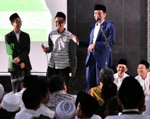President Jokowi has a dialogue with a number of santri (Islamic Boarding School's students) in his visit to Bumi Shalawat Progressive Islamic Boarding School, Sidoarjo Regency, East Java, on Thursday (6/9). (Photo by: BPMI)