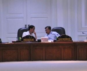Presiden Jokowi dan Wapres Jusuf Kalla berbicara sambil berbisik sebelum rapat terbatas membahas Kepulauan Natuna, di kantor kepresidenan, Jakarta, Rabu (29/6) siang. (Foto: Deny S/Humas)