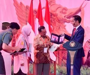 President Jokowi hands over land certificate at Segiri Sport Complex, Samarinda, East Kalimantan, Thursday (25/10) Photo by: BPMI