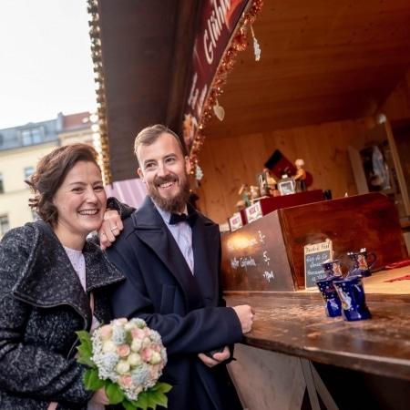 Hochzeitsreportage auf dem Weihnachtsmarkt am Glühweinstand