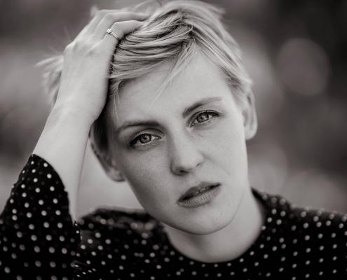 ein sehr intensives Available Light Portrait in schwarz weiss© Andreas Pöcking Fotograf in Erfurt