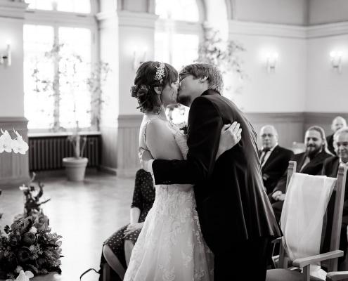 der erste Kuss als verheiratetes Paar