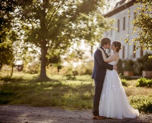 Brautpaarshooting mit tief stehender Sonne