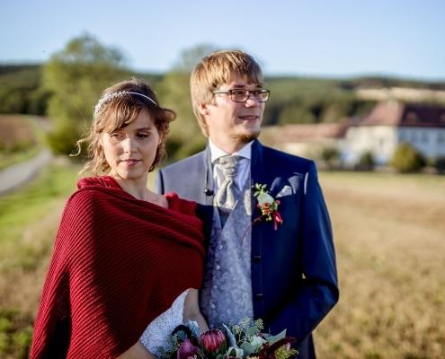 Hochzeitspaar mit Rittergut Positz im Hintergrund