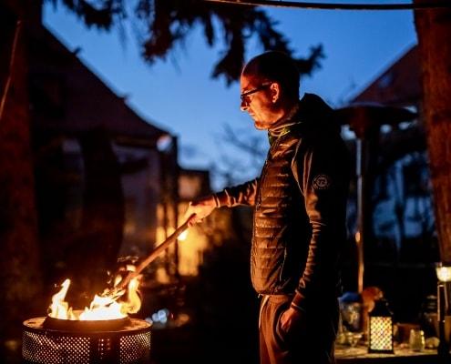 stimmungsvolles Portrait am Feuer, ca eine Stunde nach Sonnenuntergang fotografiert. Canon EOS R & Sigma Art 50mm f1.4