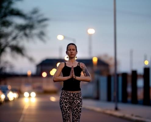 Yoga im Corona Frühjahr 2020 im Dämmerlicht auf der Straße Canon EOS R & RF 85mm