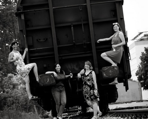 4 Damen auf einem Güterwagon