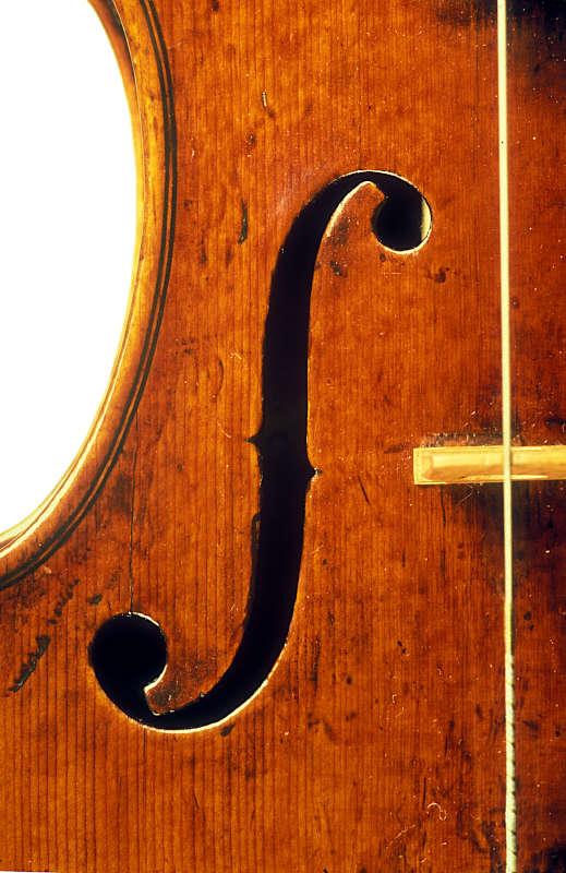 ニコロ・アマティ1675年製ヴァイオリンf孔のアップ