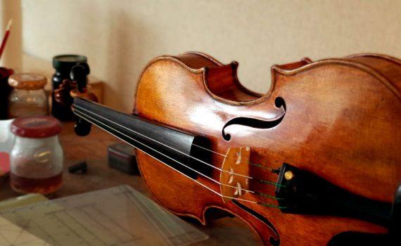 作業台に乗るストラディヴァリウスのコピーバイオリン