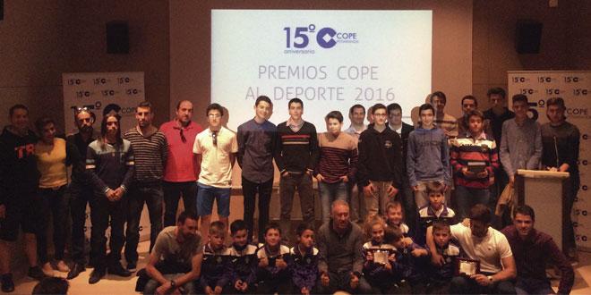 Galardonados en los Premios del deporte 2016 de COPE Peñaranda tras recibir sus placas acreditativas