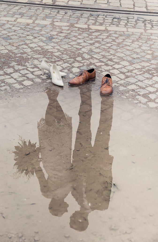 Brautpaar spiegelt sich in einer Pfütze