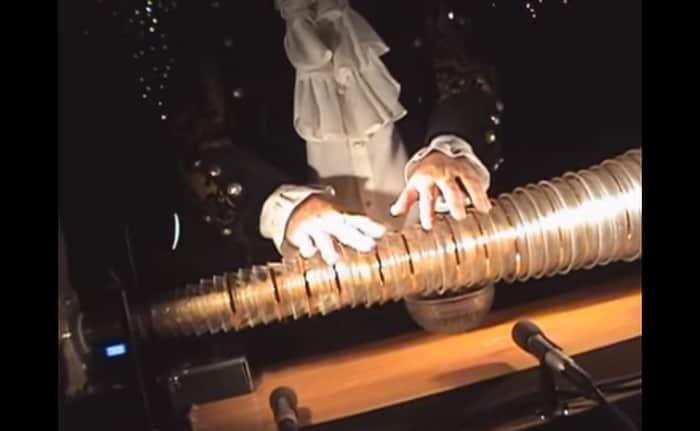The Instrument Benjamin Franklin Invented the Glass Armonica (...) - @Open Culture Artes & contextos Glass Armonica