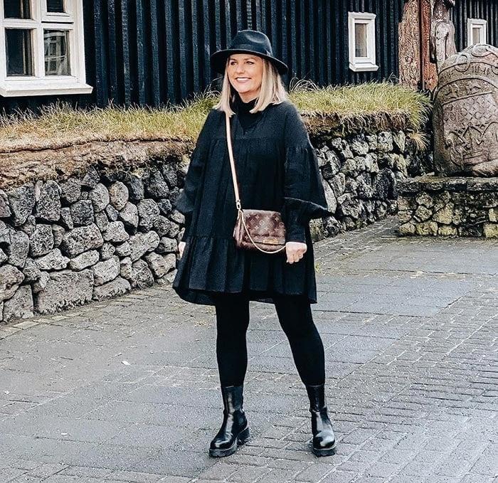 Jona wearing all black | 40plusstyle.com