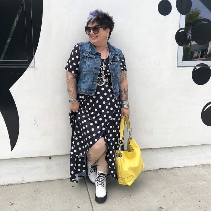 denim vest outfit   40plusstyle.com