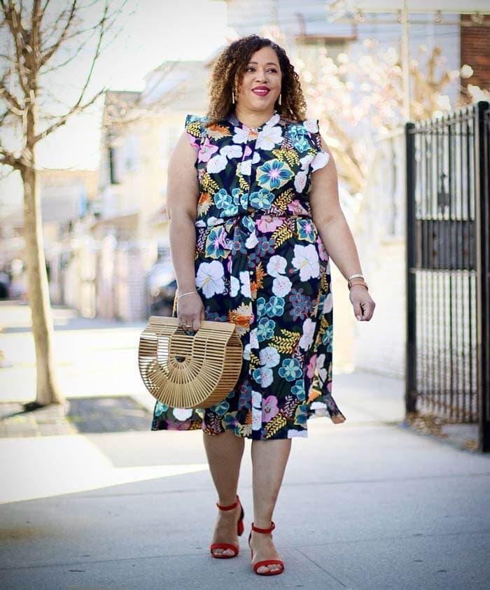 Sandra wears block heels with her summer dress | 40plusstyle.com